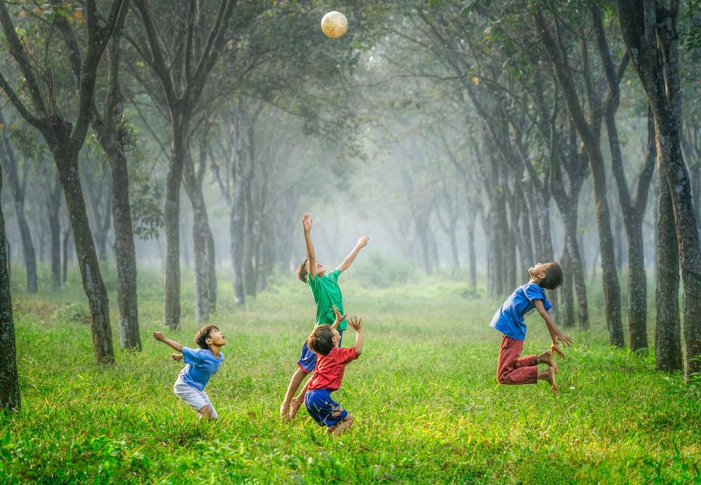 Niños jugando. Foto de Robert Collins en Unsplash.