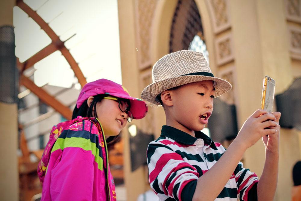 Niños tomándose una selfie. Foto de Tim Gouw en Unsplash.