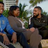 Drake haciendo feliz a una madre y a su hijo. Foto tomada de www.billboard.com