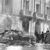 'Arden los ánimos' por González, Sady (1913-1979) / Quema de un automóvil en los hechos del 9 de abril en El Bogotazo / Cortesía del Archivo de Bogotá