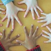 Jeu d'enfant avec leurs mains cortesía de Wikicommons: Ibex73