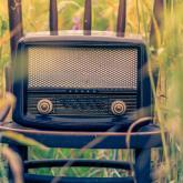 Radio antiguo. Foto de Alex Blăjan en Unsplash.