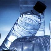El agua embotellada: practicidad con riesgos