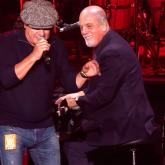 "Brian Johnson y Billy Joel en ""You Shook Me All Night Long"""