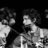 George Harrison y Bob Dylan en el concierto benéfico.