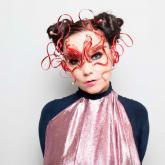 Björk está a punto de cumplir 52 años. Foto tomada de: Crack Magazine.