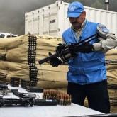 El capitán Jorge Vélez (parte de la misión de observadores de la ONU) revisó las armas antes de ubicarlas en un contenedor.