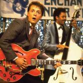 Michael J. Fox toca la guitarra en concierto de Coldplay