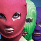 En 2012, tres de los miembros de Pussy Riot fueros arrestadas y acusadas de vandalismo.