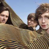 Mew se formó en 1994 y actualmente la componen Jonas Bjerre, Bo Madsen y Silas Graae. Foto tomada de progarchives.com