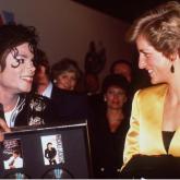 Diana de Gales y Michael Jackson se conocen antes de su concierto en el estadio de Wembley.