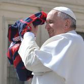 El papa Francisco con la camiseta de San Lorenzo. Foto: AFP.