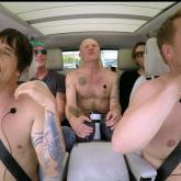 Red Hot Chili Peppers  se sale de la ropa en el carro de James Corden