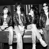 En un Roundhouse, un bar de Londres el 4 de julio de 1976, Ramones se presentaron por primera vez en el Reino Unido