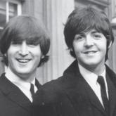 John Lennon y Paul McCartney sonriendo.