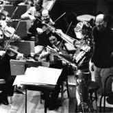 C3PO y John Williams dirigiendo la orquesta.