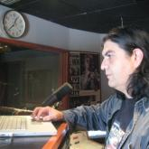 Andrés Durán en el antiguo máster de Radiónica (al fondo cuadro de John Lennon). 2007.