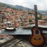 Radiónica donó una guitarra a la Corporación Son Batá