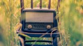 Radio antiguo. Foto de Alex Blăjan en Unsplash.
