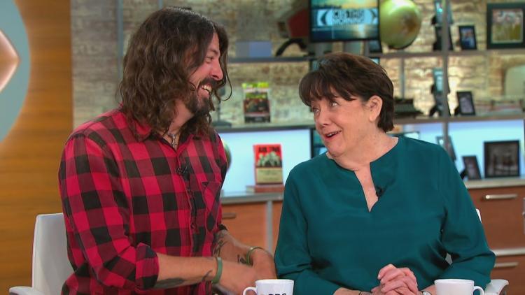 Dave Grohl y su madre. Virginia Jean. Foto tomada de i.ytimg.com