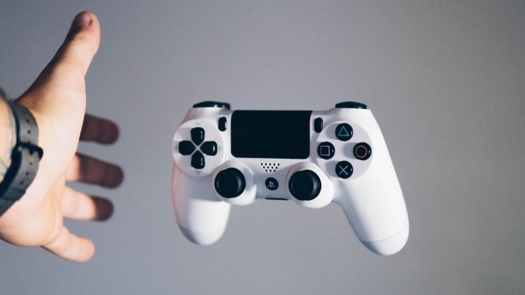 Control de PS4. Foto de Nikita Kachanovsky en Unsplash.com