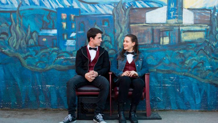 La serie está protagonizada por Dylan Minnette como Clay Jensen y Katherine Langford como Hannah Baker.