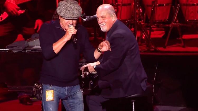 "Brian Johnson y Billy Joel en ""You Shook Me All Night Long"""