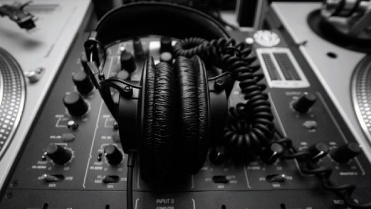 De los audífonos y otras extensiones del cuerpo