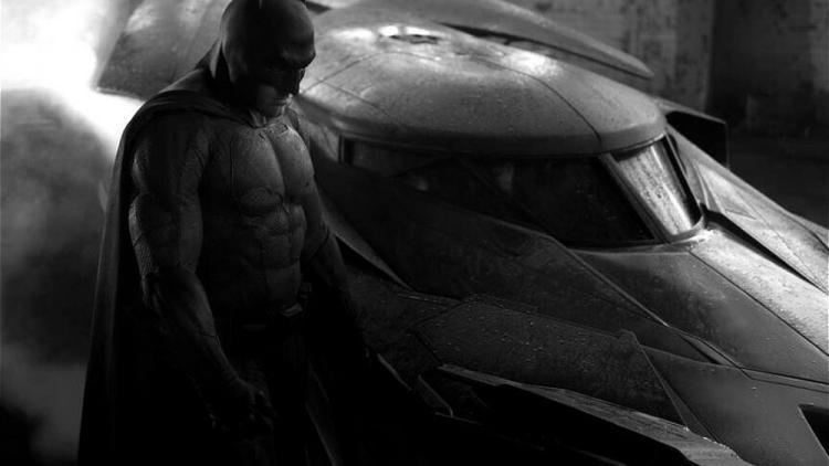 El reparto de la cinta lo completan Henry Cavill (Superman), Jesse Eisenberg (Lex Luthor), Gal Gadot (Wonder Woman), Jason Momoa (Aquaman), Amy Adams (Lois Lane), Jeremy Irons (Alfred) y Holly Hunter (Senator Finch).