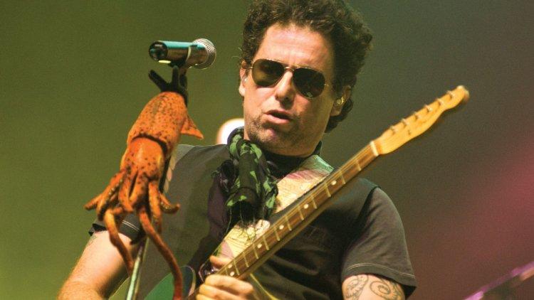 Además de su carrera en solitario, Calamaro también formó parte de las bandas Los Abuelos de la Nada y Los Rodríguez.