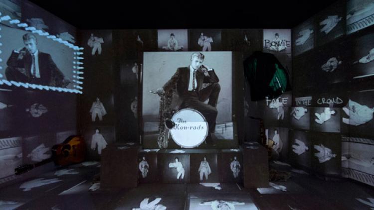 Trescientos objetos para saber quién  es David Bowie