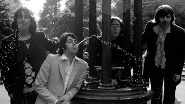 The Beatles en el antiguo patio de la iglesia St. Pancras, en Londres.