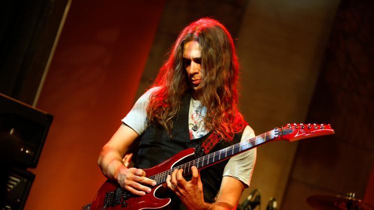 Pedro Henrique 'Kiko' Loureiro hizo parte (en sus inicios) de las bandas 'Legalize', 'Kentucky' y 'A Chave'.