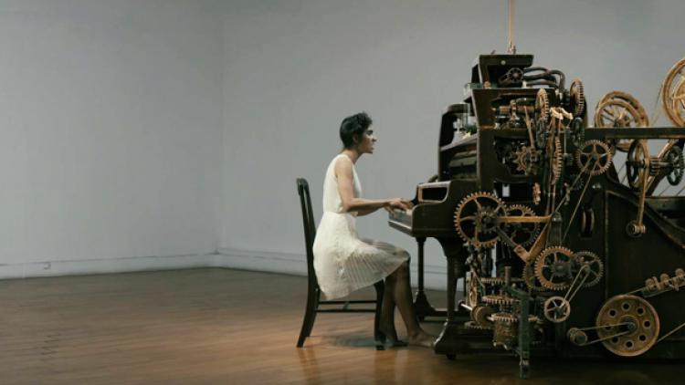 """Laura y la máquina de escribir: """"'Aviador' explora fantasía y surrealismo"""""""