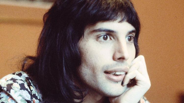 Freddie Mercury de Queen esperando por respuestas...