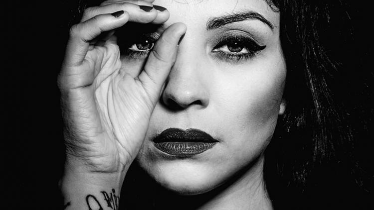 Norma Monserrat Bustamante Laferte es conocida como Mon Laferte, es una cantante y compositora chilena que actualmente radica en México.