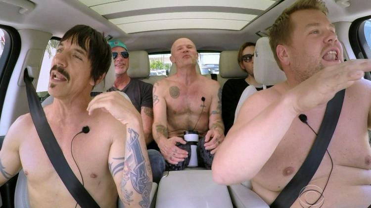 Red Hot Chili Peppers  se sale de la ropa en el carro de James Corden