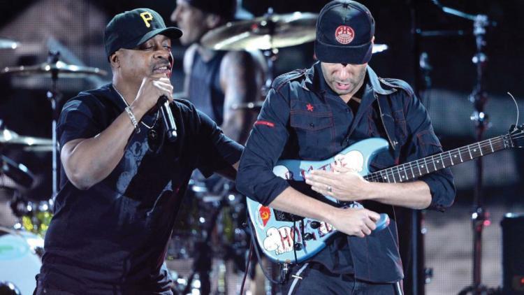 Chuck D de Public Enemy y Tom Morello de RATM en los Premios Grammy 2013.