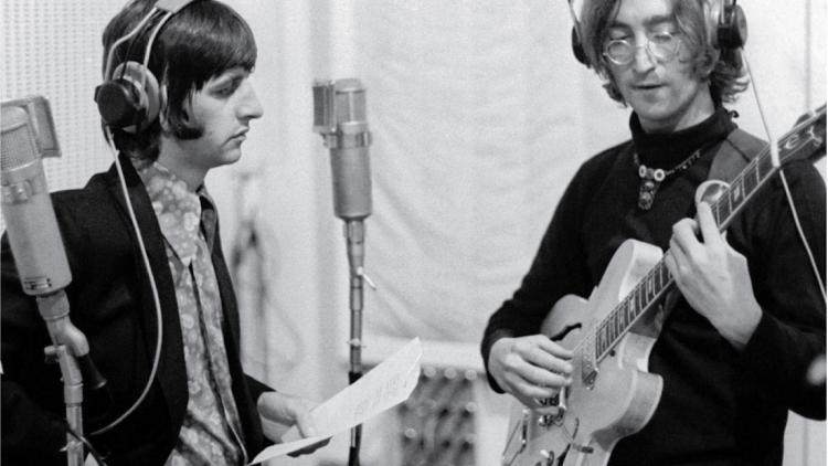 """Ringo Starr y John Lennon en las sesiones de grabación de """"The White Album""""."""