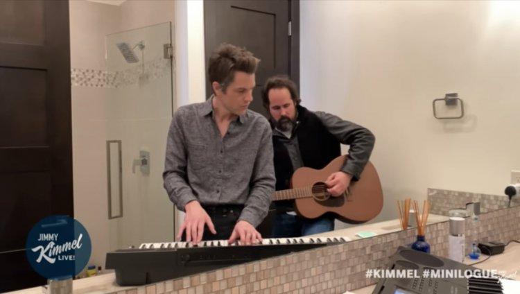 Brandon Flowers y Ronnie Vannucci emitiendo desde el baño