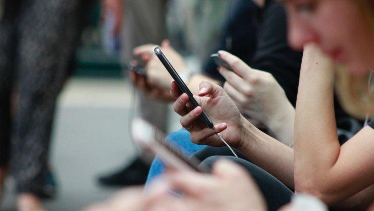 ¿Creen que son adictos a las redes sociales? Foto de Robin Worral en Unsplash.