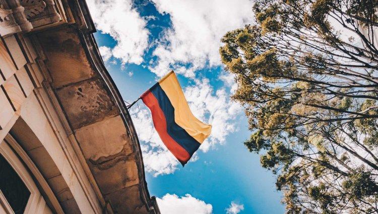 Bandera de Colombia. Foto de Flavia Carpio en Unsplash.