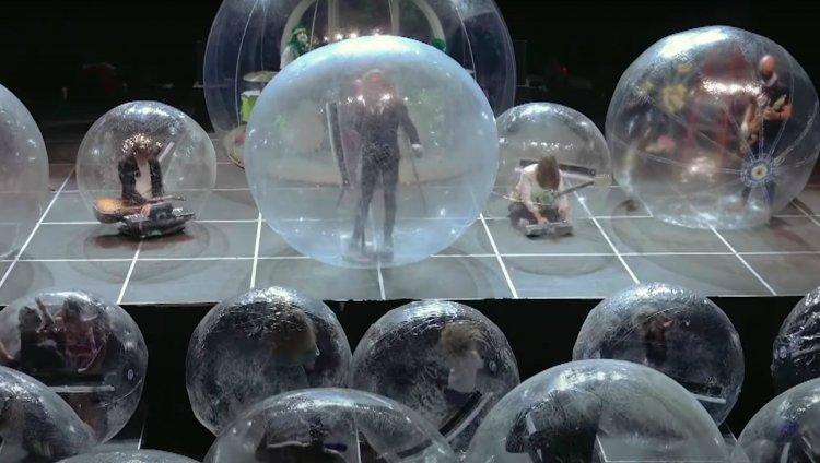The Flaming Lips sorprende con un show dentro de burbujas   Radiónica