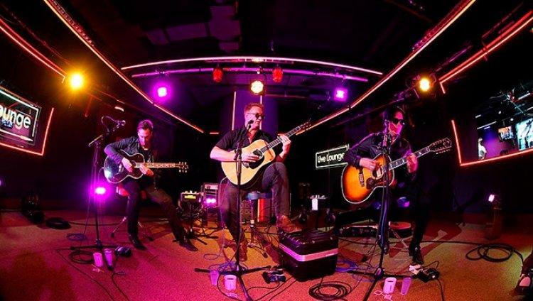 Queens of The Stone Age toca en vivo a los Arctic Monkeys