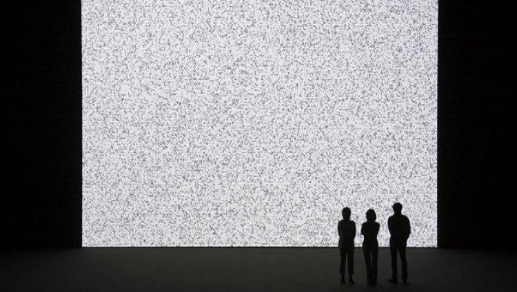 La obra de Ryoji Ikeda traduce la intimidad eléctrica de los computadores y la transforma digitalmente
