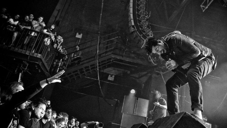 Chino Moreno en vivo con Deftones.