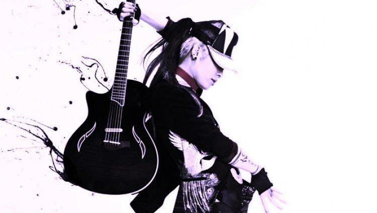 Miyavi, el virtuoso japonés que toca funk y rock fiestero con la guitarra como bajo