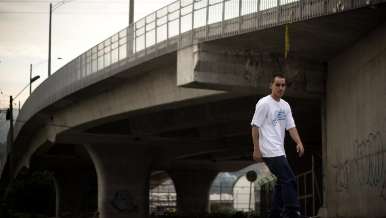 Felpa en las calles de Medellín capturado por Checho Areiza