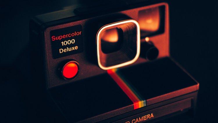 Cámara Polaroid. Foto de Luca Bravo en Unsplash.