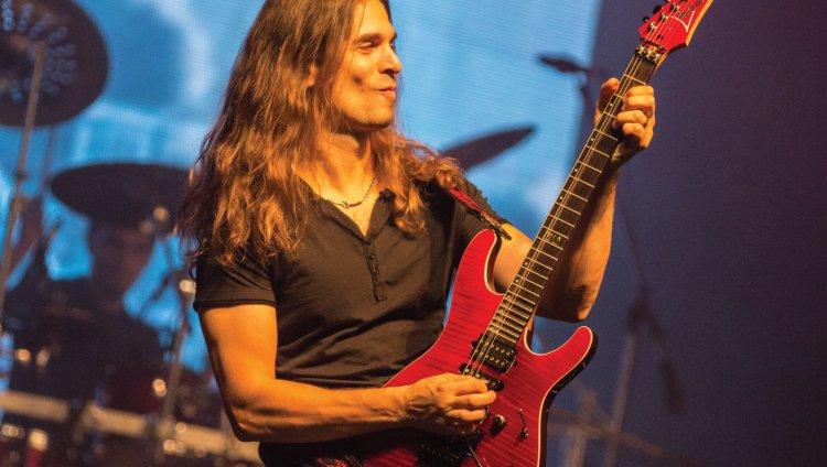 Kiko Loureiro también es guitarrista de la agrupación brasileña Angra.